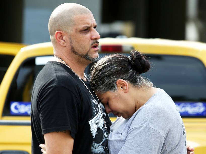 Ray Rivera, o DJ da boate Pulse (esq), é consolado, após o tiroteio no local, que deixou dezenas de mortos, em Orlando, na Flórida (EUA) - 12/06/2016