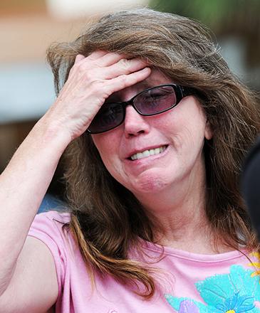 Mulher aguarda informações sobre as vítimas, no Centro Médico Regional de Orlando, na Flórida (EUA), após uma atirador entrar na boate Pulse, e matar dezenas de pessoas  - 12/06/2016