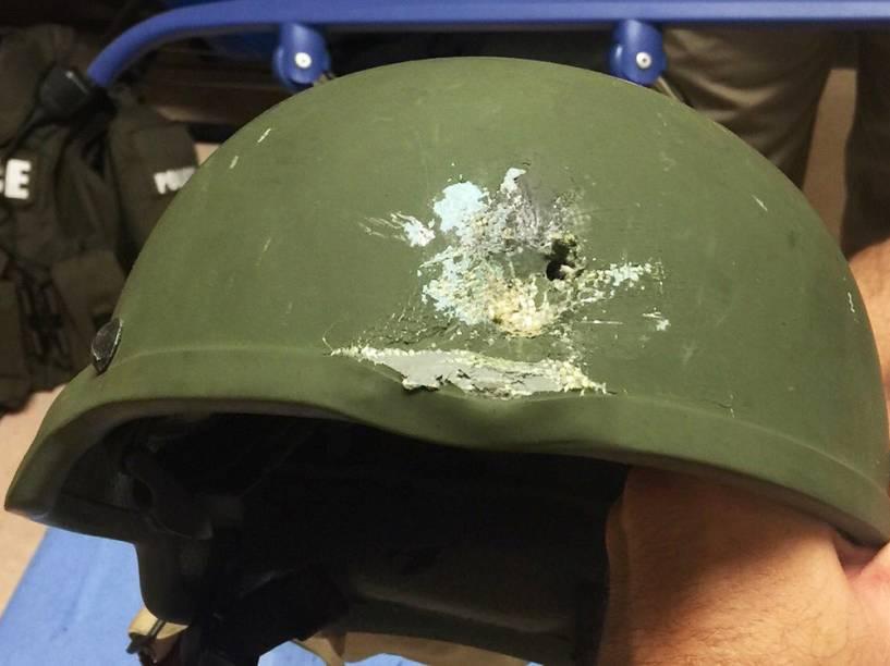 Na troca de tiros com o atirador,que foi morto, uma bala disparada atingiu o capacete modelo Kevlar, de um policial
