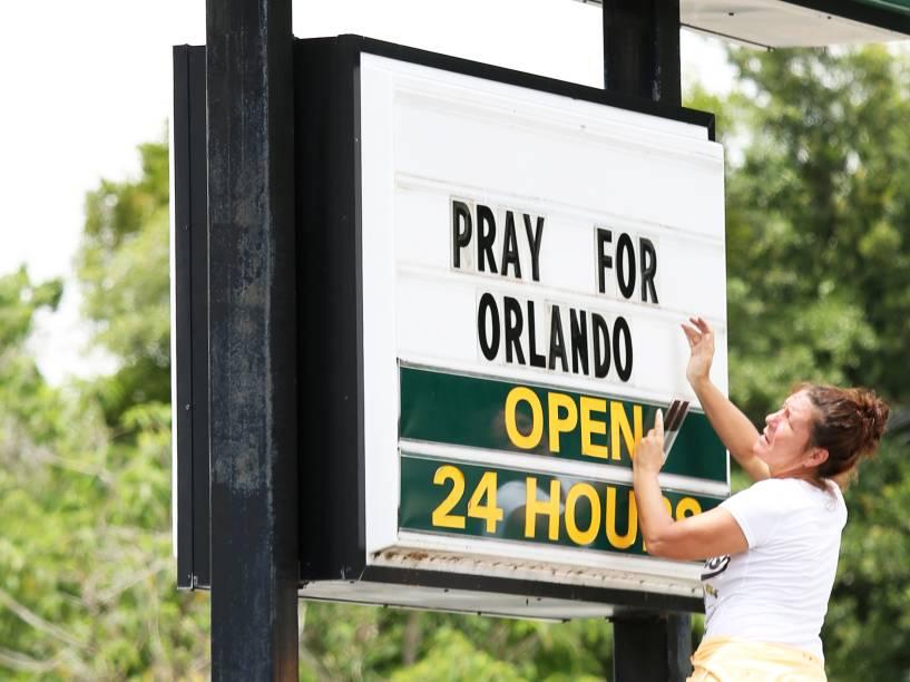 Empregada de uma rede de restaurantes fast-food, coloca os dizeres Reze por Orlando (tradução livre), em sua fachada, como mensagem de apoio às vítimas do massacre na boate Pulse, em Orlando, Flórida (EUA) - 12/06/2016