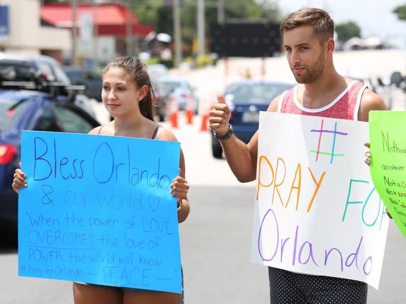 Homenagens às vítimas do massacre na boate Pulse, são feitas próximo ao Centro Medico Regional de Orlando (EUA) - 12/06/2016