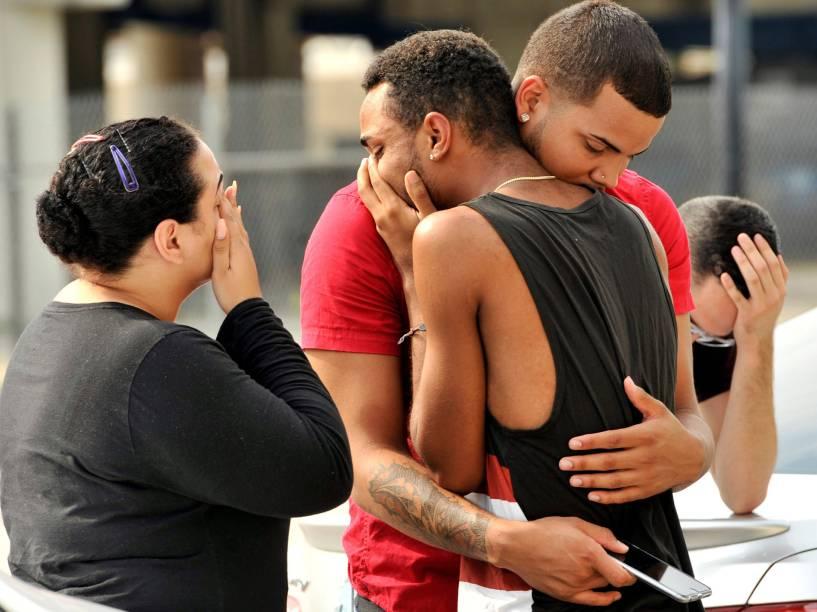 Amigos e familiares se abraçam do lado fora da Sede da Polícia de Orlando após ataque a tiros na boate Pulse - 12/06/2016