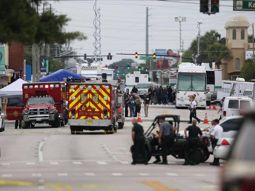 Policiais investigam as proximidades da boate Pulse alvo do atirador Omar Mateen que matou pelo menos 49 pessoas e feriu outras 53 em Orlando, Flórida - 12/06/2016