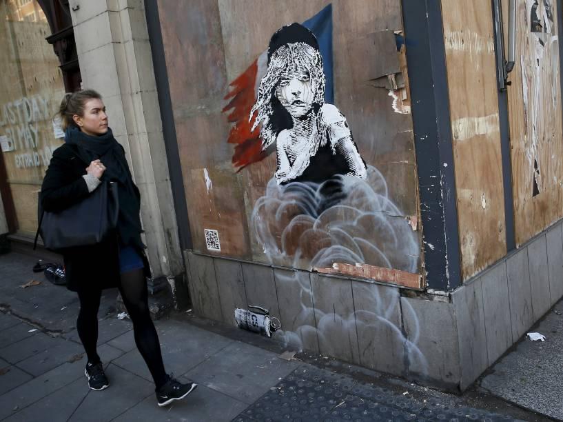 Novo mural de Banksy em frente à embaixada francesa em Londres destaca a utilização de gás lacrimogêneo contra refugiados abrigados em Calais - 25/01/2016