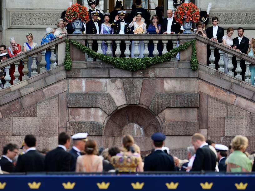 Príncipe sueco Carl Philip e a sua esposa, a princesa Sofia Hellqvist saúdam a multidão na sacada do Palácio de Estocolmo
