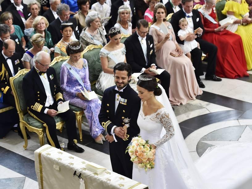 Príncipe sueco Carl Philip e a ex-modelo Sofia Hellqvist se casam na Capela Real do Palácio de Estocolmo