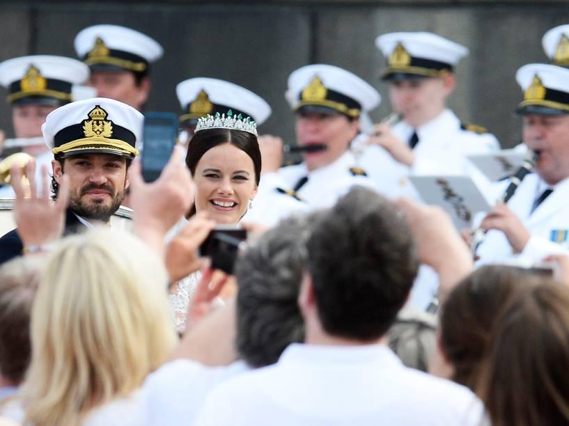 Príncipe sueco Carl Philip e Sofia Hellqvist desfilam após se casarem na Capela Real do Palácio de Estocolmo