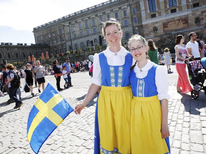 Mulheres vestidas com as cores da bandeira da Suécia acompanham o casamento do príncipe Carl Philip com a ex-modelo Sofia Hellqvist em Estocolmo