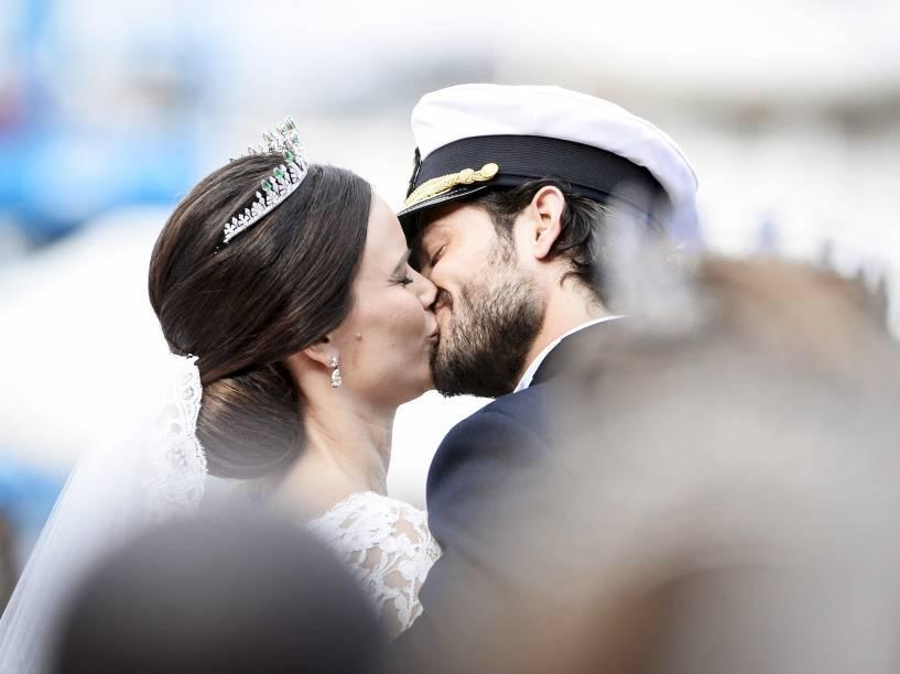O príncipe sueco Carl Philip beija sua esposa, a ex-modelo Sofia Hellqvist, após a cerimônia de casamento