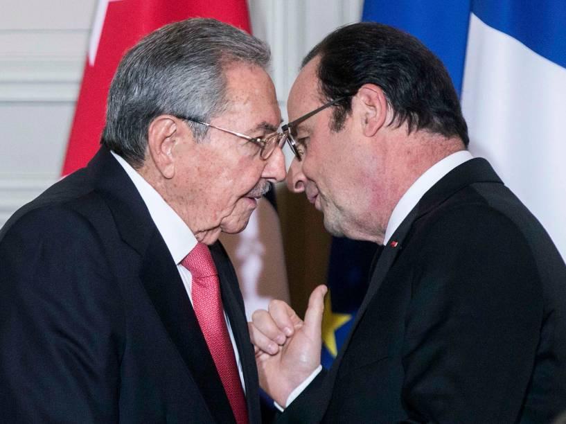 Ditador cubano Raul Castro e o presidente francês François Hollande participam da cerimônia de assinatura de acordos no Palácio do Eliseu, após reunião em Paris, na França - 01/02/2016