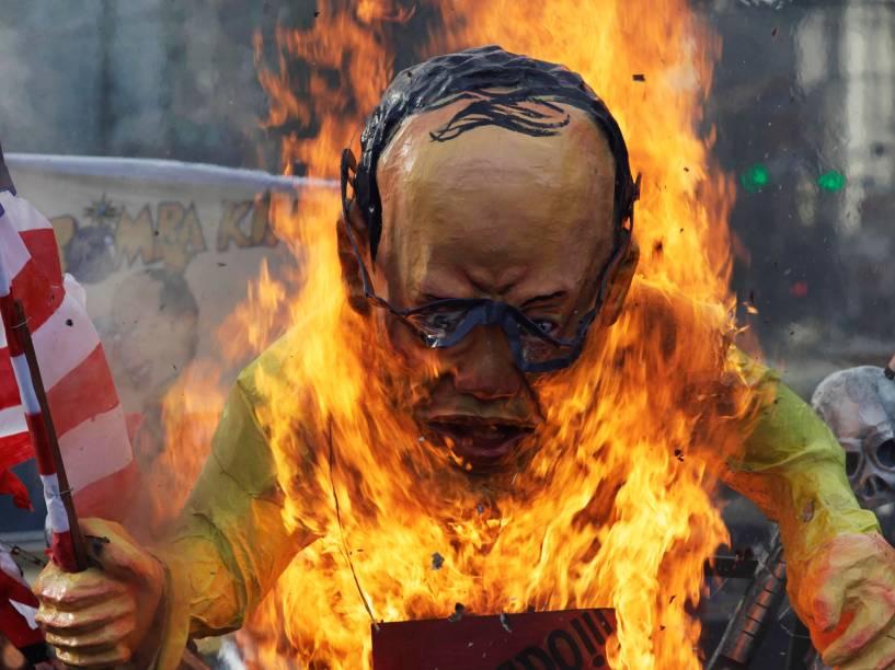 Nas Filipinas, boneco do presidente Benigno Aquino foi queimada nas comemorações do para Dia Internacional dos Direitos Humanos