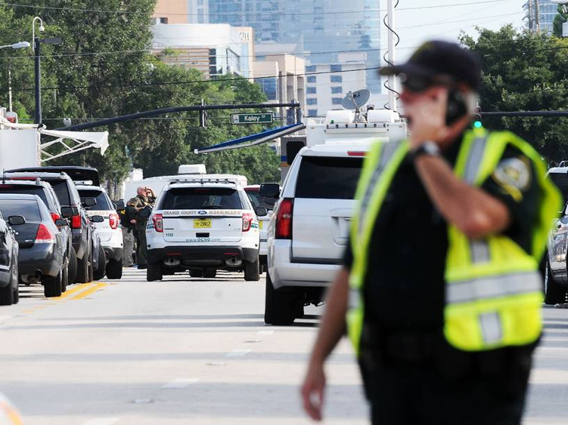 Policiais próximos à boate Pulse, após atentado no local, em Orlando, Flórida (EUA). O atirador invadiu a boate, matando 20 pessoas e deixando ao menos 42 feridas - 12/06/2016