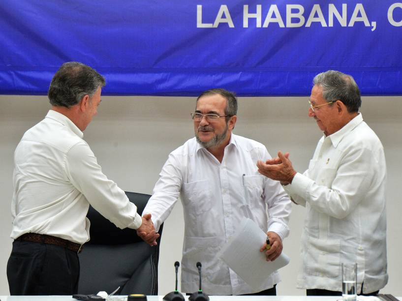 O presidente da Colômbia, Juan Manuel Santos, o líder da guerrilha FARC, Timoleon Jimenez, e o presidente cubano Raul Castro, durante acordo de cessar-fogo definitivo - 23/06/2016