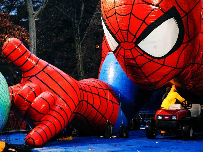 Boneco inflável gigante do Homem Aranha durante a preparação para o desfile do dia de Ação de Graças, que aconteceu nesta quinta (27) em Nova York