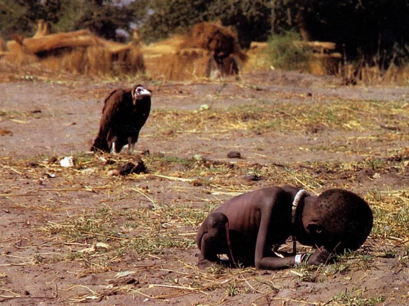 Em Março de 1993, o fotógrafo sul-africano Kevin Carter durante viagem ao sul do Sudão, registrou a imagem de um abutre a espreita de uma criança subnutrida na aldeia de Ayod