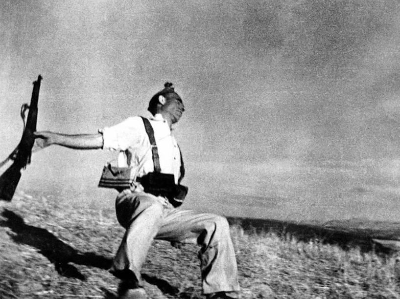 O fotógrafo húngaro Robert Capa registra o momento em que um miliciano é alvejado durante a Guerra Civil Espanhola em 1936