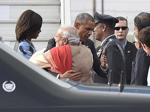 O primeiro-ministro indiano, Narendra Modi, abraça o presidente dos Estados Unidos, Barack Obama, durante sua chegada à Nova Delhi, na Índia - 25/01/2015
