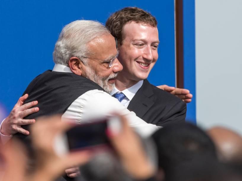 O primeiro-ministro indiano, Narendra Modi, abraça o CEO do Facebook, Mark Zuckerberg, durante encontro na sede da empresa, na Califórnia (EUA) - 27/09/2015