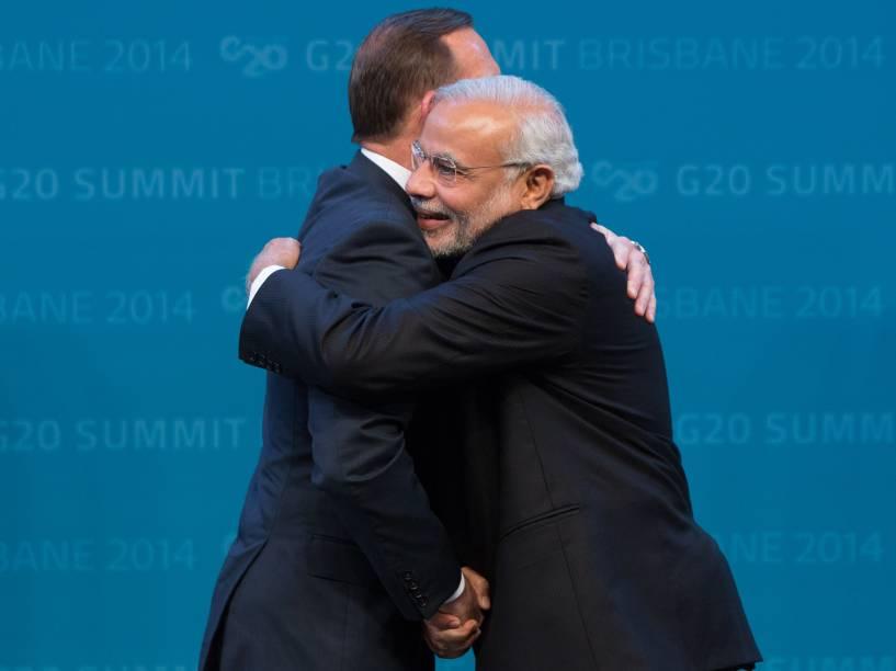O primeiro-ministro indiano, Narendra Modi, abraça o primeiro-ministro australiano Tony Abbott, durante as boas-vindas ao Centro de Convenções em Brisbane, na Austrália - 15/11/2014