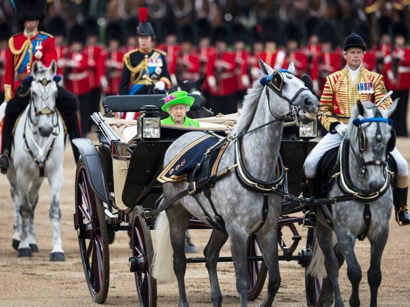 Rainha Elizabeth II inspeciona soldados durante a parada Trooping the Colour, que marca o aniversário da monarca, em Londres, Inglaterra - 11/06/2016