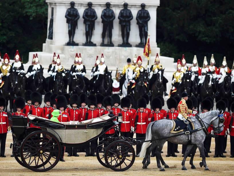 A rainha Elizabeth II, e o príncipe Philip, chegam ao House Guards Parade, em Londres, para a parada Trooping the Colour, que celebra o aniversário da monarca - 11/06/2016