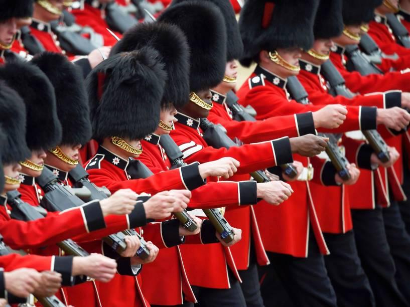 Guardas britânicos, durante a parada Trooping the Colour, que celebra o aniversário da rainha Elizabeth II, em Londres, na Inglaterra - 11/06/2016