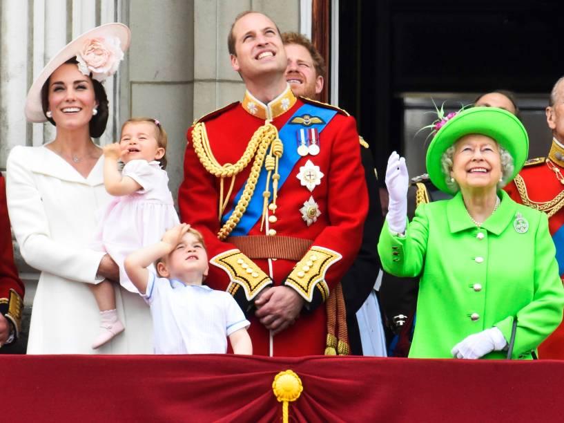 Os membros da família real: Kate Middleton (Duquesa de Cambridge), Princesa Charlotte, Príncipe George, Princípe William e Rainha Elizabeth II, assistem do Palácio de Buckingham, a parada 'Trooping the Colour', que celebra o aniversário da monarca - 11/06/2016