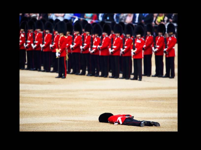 Soldado britânico desmaia, durante a parada Trooping the Colour, que celebra o aniversário da rainha Elizabeth II, em Londres, na Inglaterra - 11/06/2016