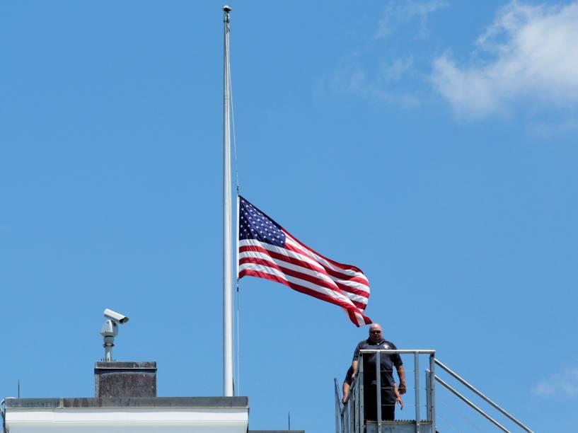 Bandeira dos Estados Unidos é colocada à meio-mastro, na Casa Branca, em sinal de luto devido ao massacre na boate Pulse, em Orlando - 12/06/2016