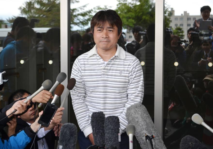 Takayuki Tanooka, pai de Yamato Tanooka, um menino de sete anos de idade, desaparecido desde a ser abandonado em uma floresta no norte do Japão, fala com a imprensa - 03/06/2016