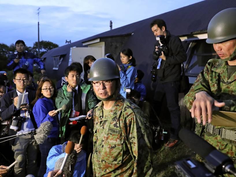 Membros da equipe de busca falam a imprensa após encontrarem o menino Yamato Tanooka em uma base militar na cidade de Shikabe em Hokkaido, norte do Japão - 03/06/2016