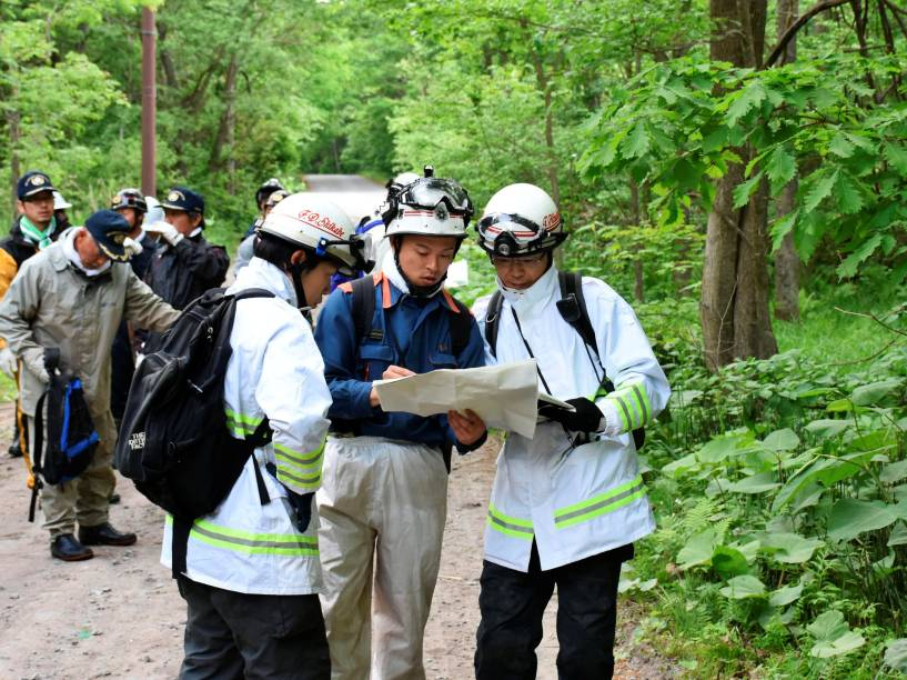 Equipes de emergência e voluntários procuram um menino de sete anos desaparecido na cidade Nanae no extremo norte da ilha principal de Hokkaido, no Japão - 30/05/2016
