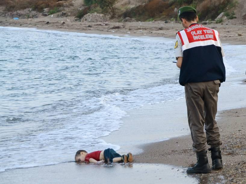 Policial turco observa uma criança morta por afogamento em uma praia de um dos principais destinos turísticos da Turquia. A criança era um dos 12 refugiados sírios que morreram afogados tentando chegar à ilha grega de Kos