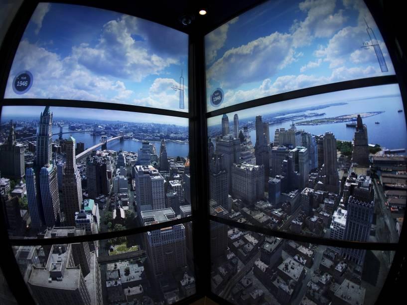 Projeção da cidade de Nova York é exibida enquanto o elevador se dirige ao topo da torre. O percurso de 102 andares dura apenas um minuto