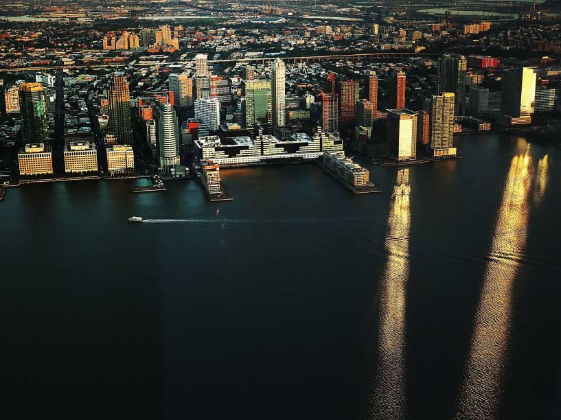 Balsa se move ao longo do rio Hudson com a costa de Nova Jersey, a partir da vista do recém-construído observatório do One World Trade Center em Nova York - 29/05/2015