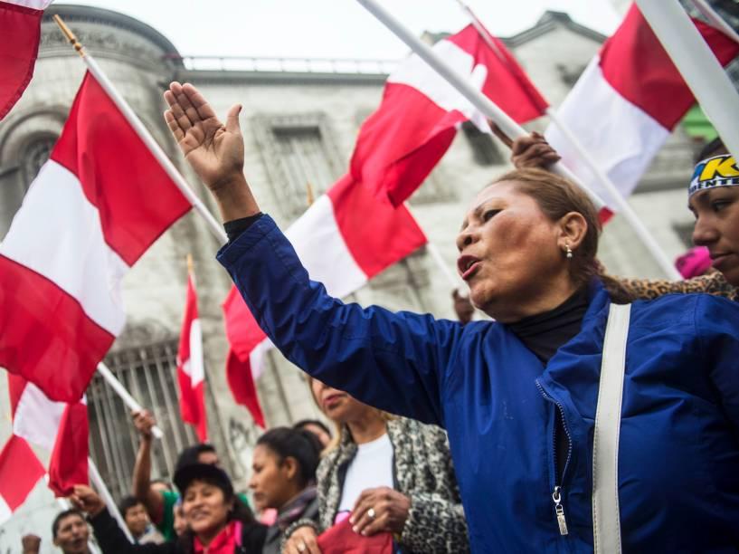Eleitores do candidato à presidência do Peru, Pedro Pablo Kuczynski, protestam em frente ao Escritório Nacional de Processos Eleitorais, na capital Lima - 07/06/2016