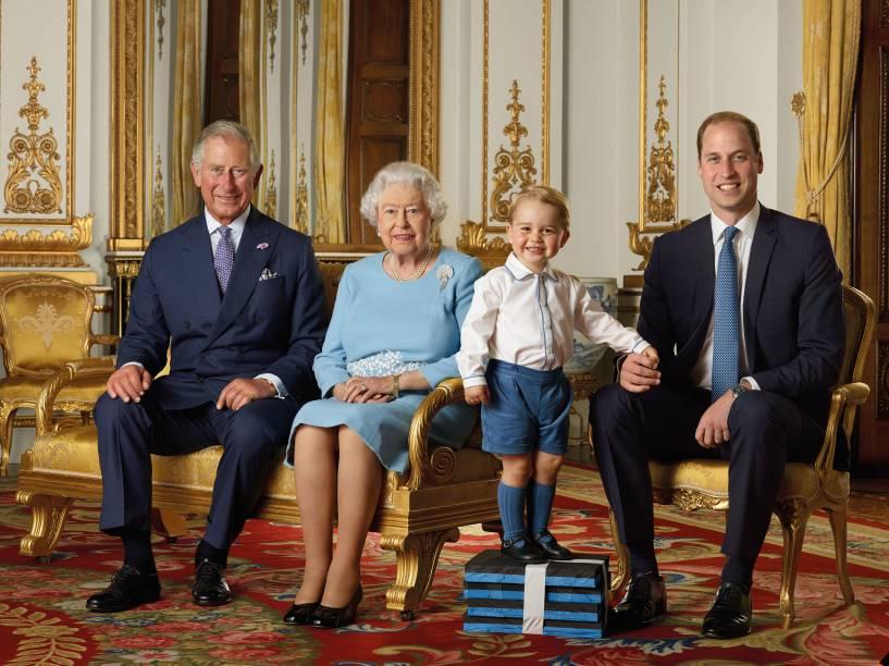 Os príncipes Charles, William e o pequeno George ao lado da rainha Elizabeth II