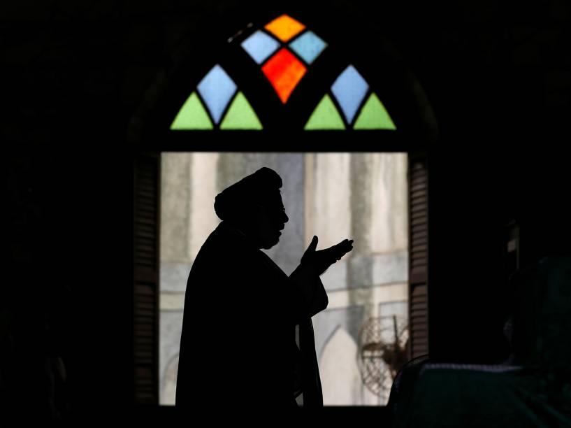 Muçulmano conduz orações em uma mesquita de Mumbai, na Índia, durante o mês sagrado do Ramadã - 07/06/2016