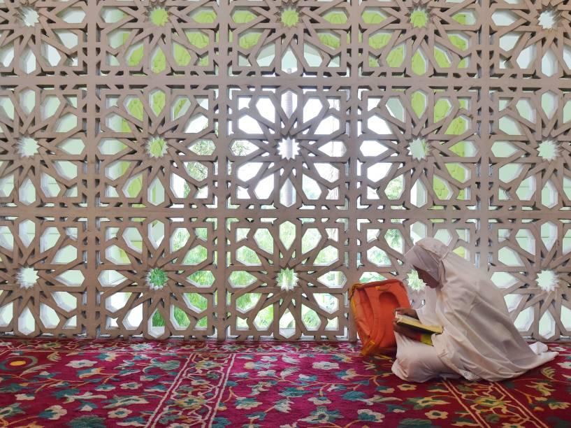 Garota indonésia lê uma cópia do Alcorão no primeiro dia do mês sagrado do Ramadã, em uma mesquita em Tangerang - 06/06/2016