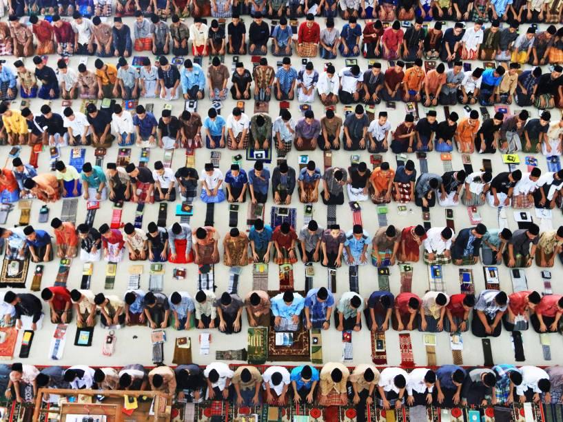 Estudantes oram no internato Ar-Raudhatul Hasanah, no primeiro dia do Ramadã, na Sumatra do Norte - 06/06/2016
