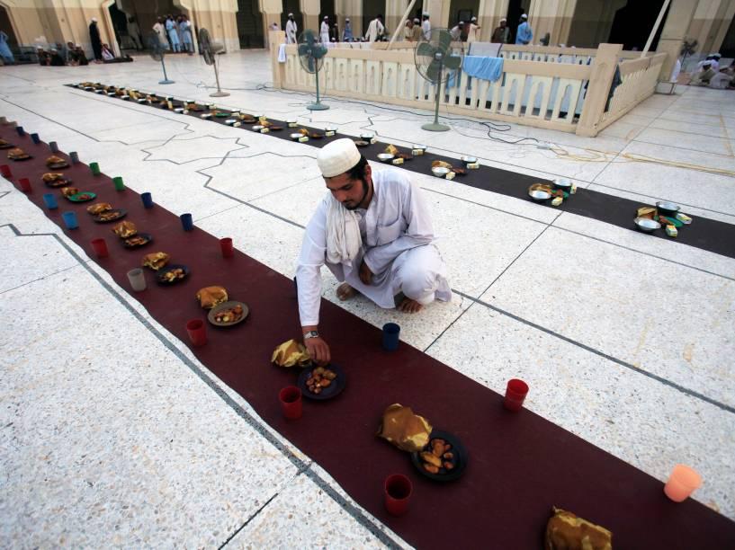 Homem prepara alimentos para o jejum, no primeiro dia do Ramadã, em um mesquita de Peshawar, no Paquistão - 07/06/2016