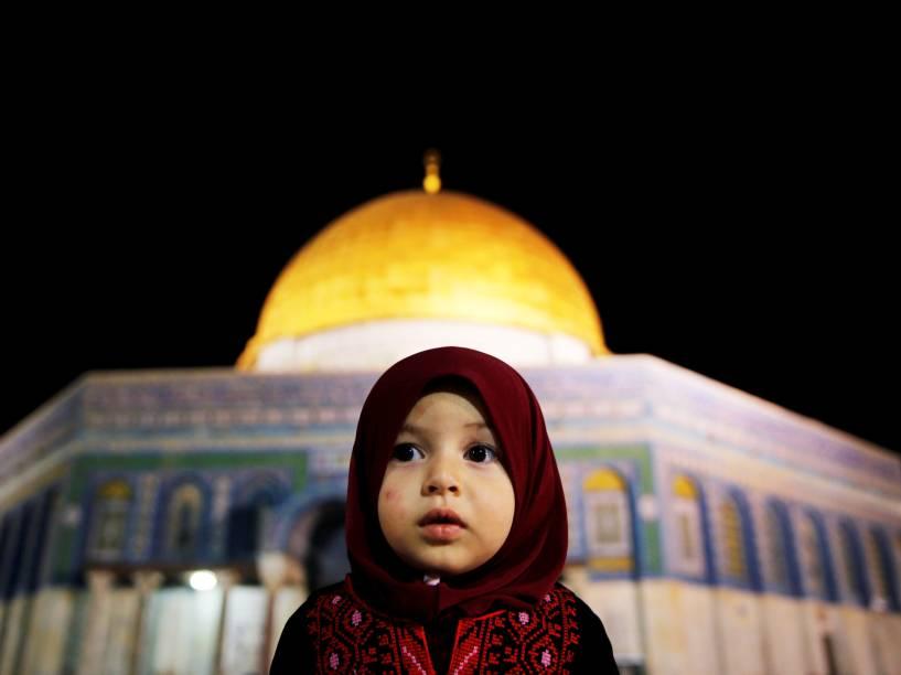 Garota palestina reza em frente à Cúpula da Rocha, em Jerusalém, durante o mês sagrado do Ramadã - 07/06/2016