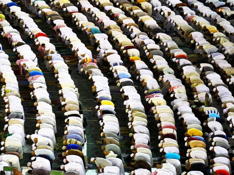 Muçulmanos rezam na Grande Mesquita, na cidade de Meca, na Arábia Saudita, durante o mês sagrado do Ramadã - 08/06/2016