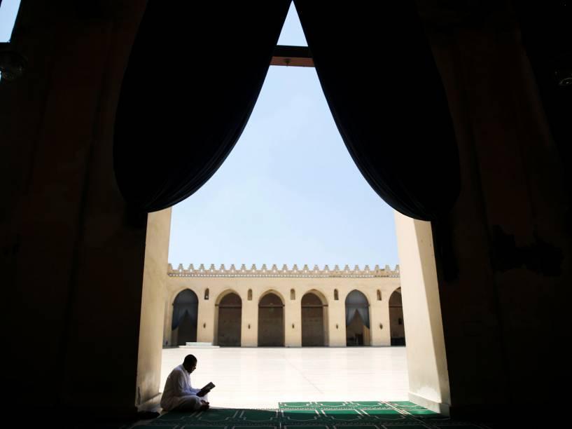 Homem egípcio lê o Alcorão, dentro da mesquita de  Al-Hakim bi-Amr Allah, na cidade do Cairo, durante o mês sagrado do Ramadã - 10/06/2016