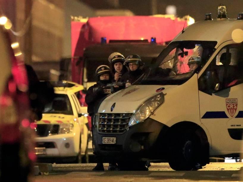 Policiais guardam posição perto da cena de um tiroteio em Roubaix, norte da França - 24/11/2015