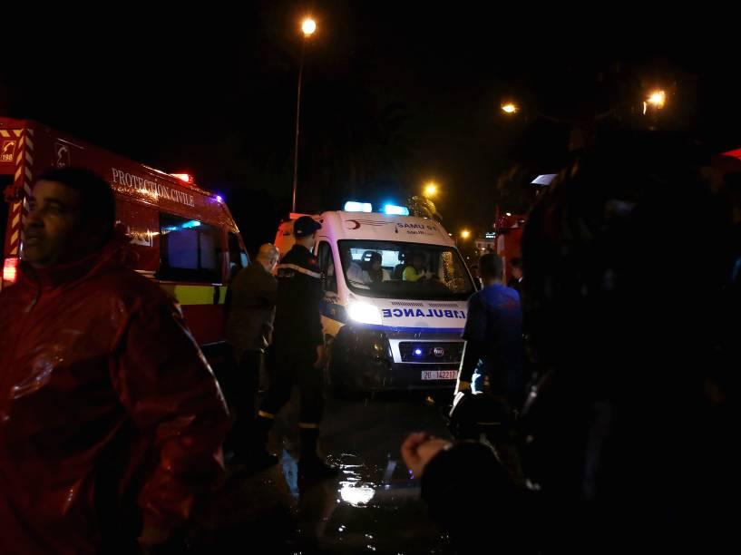 Movimentação de policiais e equipes de resgate depois de uma ataque a um ônibus militar que transportava guardas presidenciais no centro da capital Túnis, Tunísia - 24/11/2015