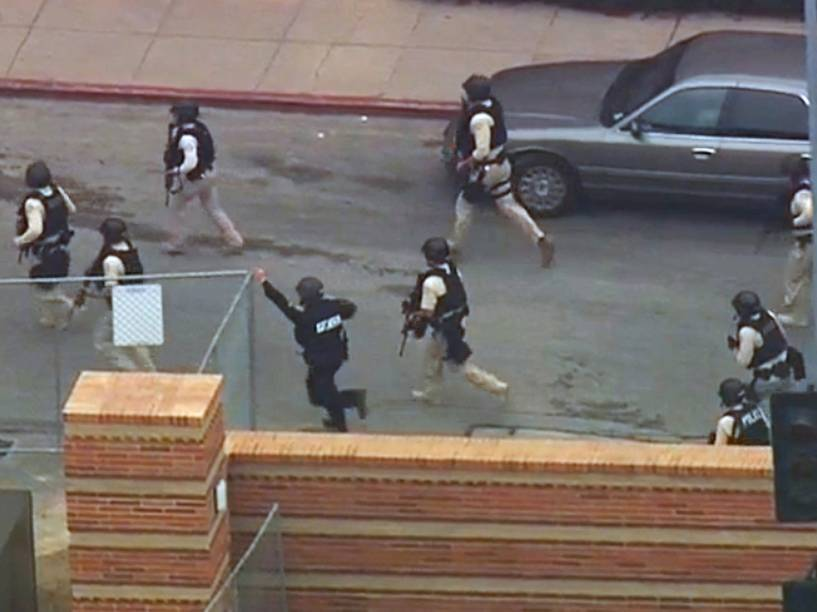 Imagem retirada de um vídeo, mostra a ação da polícia durante tiroteio na Universidade da Califórnia, em Los Angeles - 01/06/2016