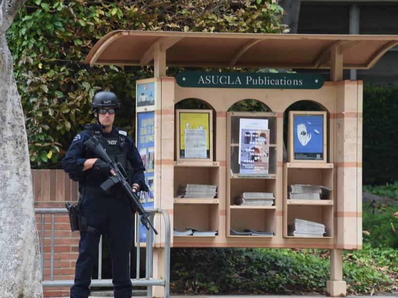 Membro do Departamento de Polícia de Los Angeles é visto do lado de fora do campus da Universidade da Califórnia na sequência de um tiroteio no local - 01/06/2016