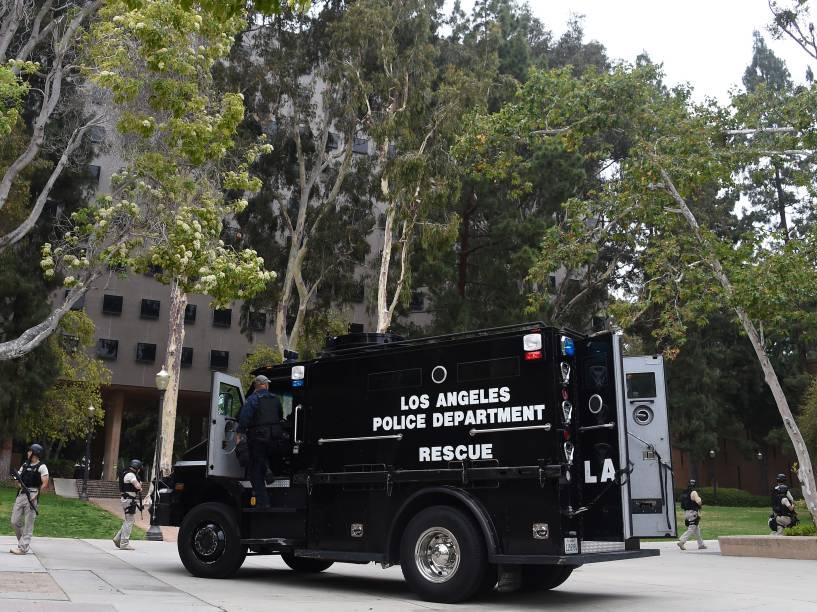 Van de resgate da polícia de Los Angeles é vista nos arredores do campus da Universidade da Califórnia após um tiroteio no local - 01/06/2016