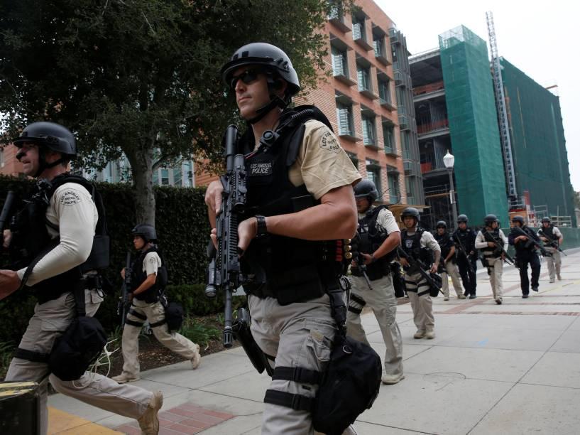 Esquadrão da polícia realiza operação na Universidade da Califórnia, em Los Angeles após relatos de tiroteio no local - 01/06/2016
